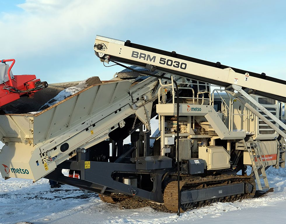 Throttur has used a pile conveyor to build a closed cycle between the ST352 mobile screen and the LT200HP mobile cone crushing plant.