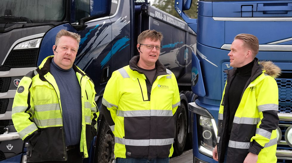 Three Pärhä Oyj employees in front of a truck.