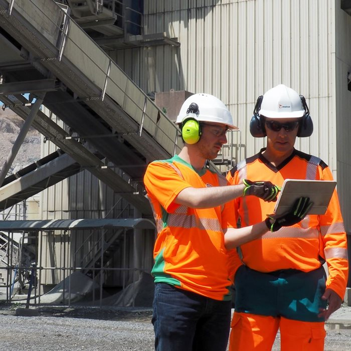Metso experts on-site monitoring and optimizing data using digital tools